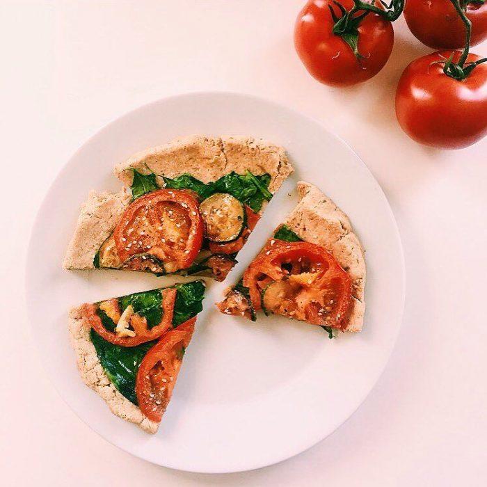 Pizza para vegetarianos hecha con tomate