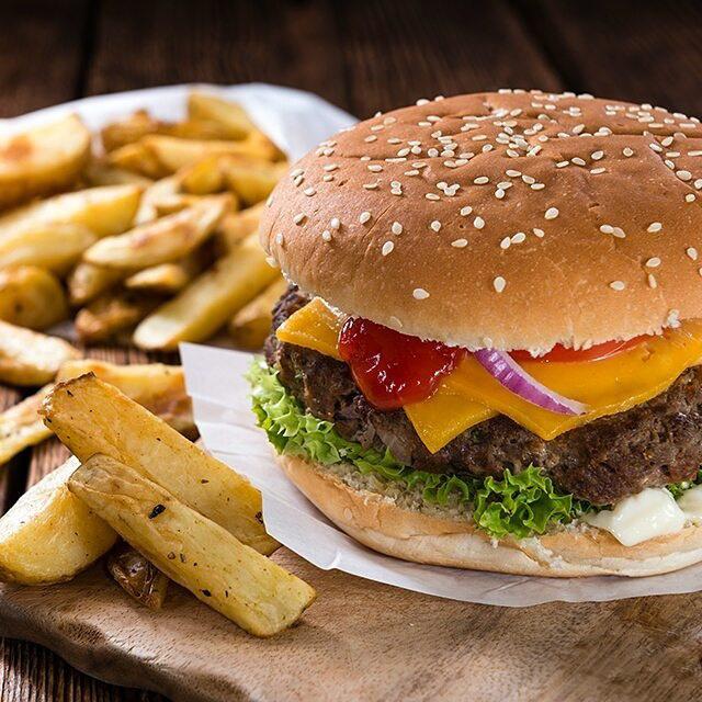 Plato de hamburguesa con papas