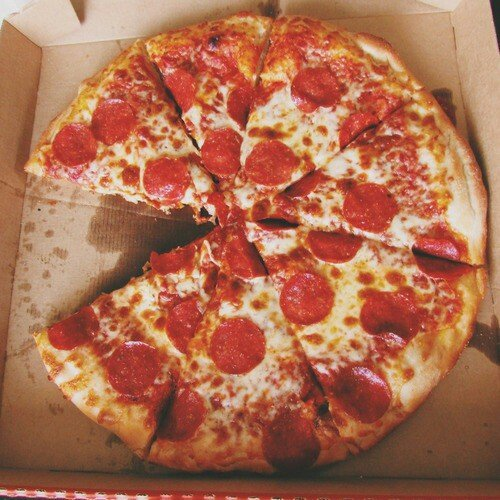 Pizza de peperoni en caja