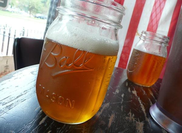 Vaso mason jar lleno de cerveza
