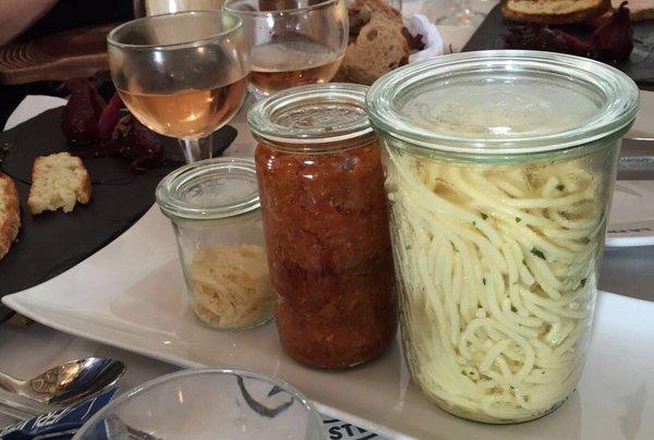 espagueti a la boloñesa colocado en distintos recipientes para después mezclarlo