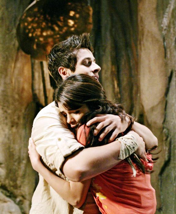 chico abraza a su hermana que llora