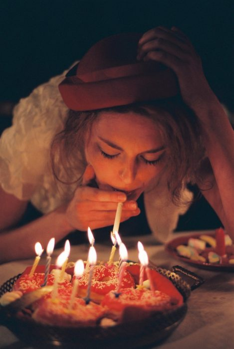 Chica celebrando cumpleaños
