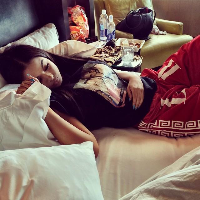 Chica dormida con la ropa puesta