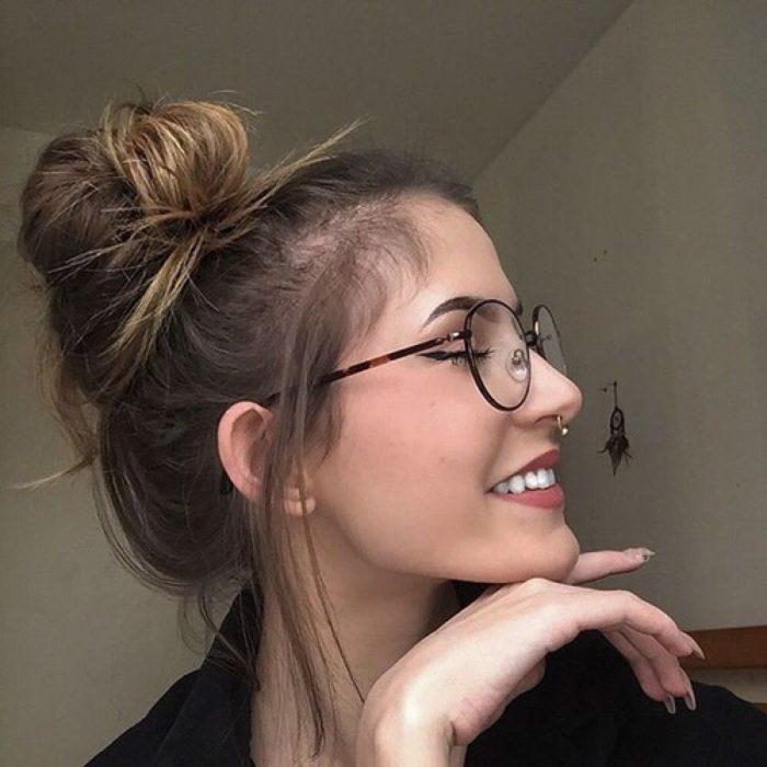 Chica usando un messy bun