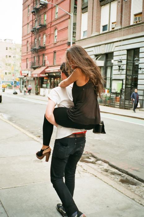 Chico cargando a una chica en la espalda