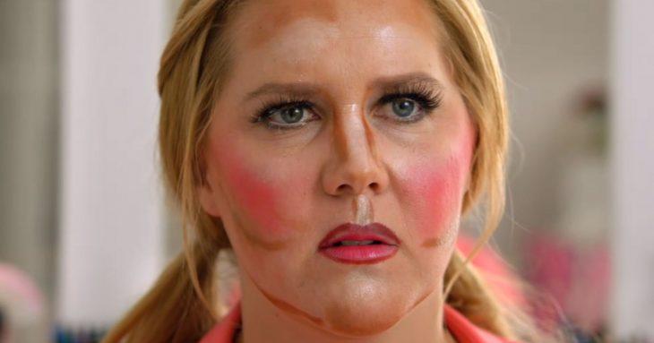 Chica con el rostro mal contorneado con maquillaje