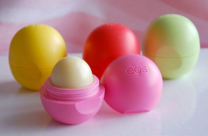 balsamo labial de diferentes colores