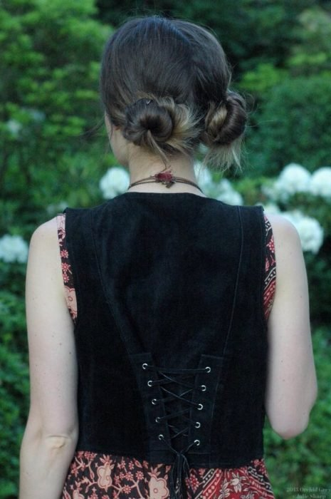 Chica usando dos bun a la altura de la nuca