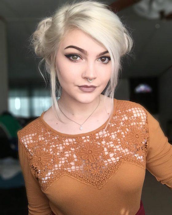 Chica con dos buns sujetados a la altura de la nuca