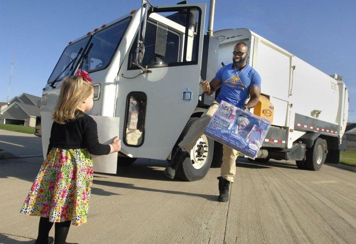 Conductor de camión de basura le lleva regalos a una niña