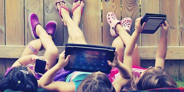 niñas con tablet y celulares
