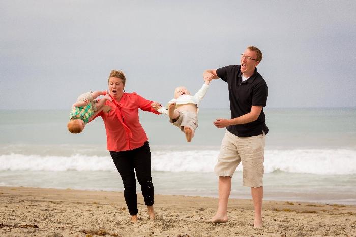 familia en la playa y niño menor casi se cae
