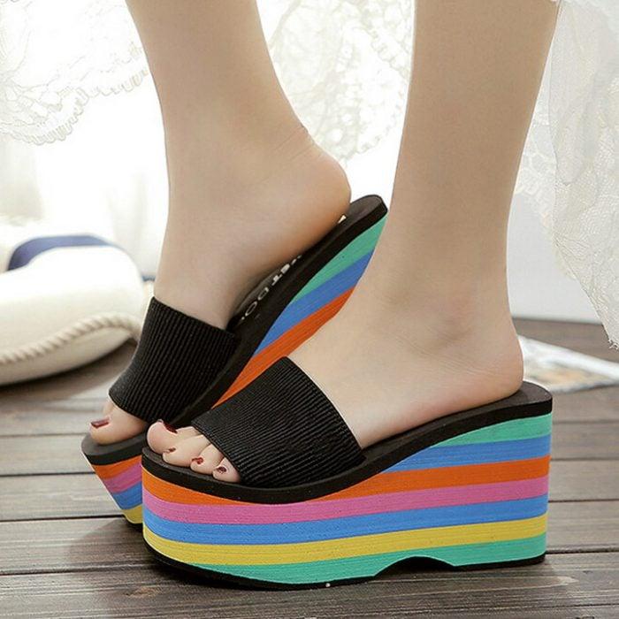 sandalias de plataforma con arcoiris en la suela