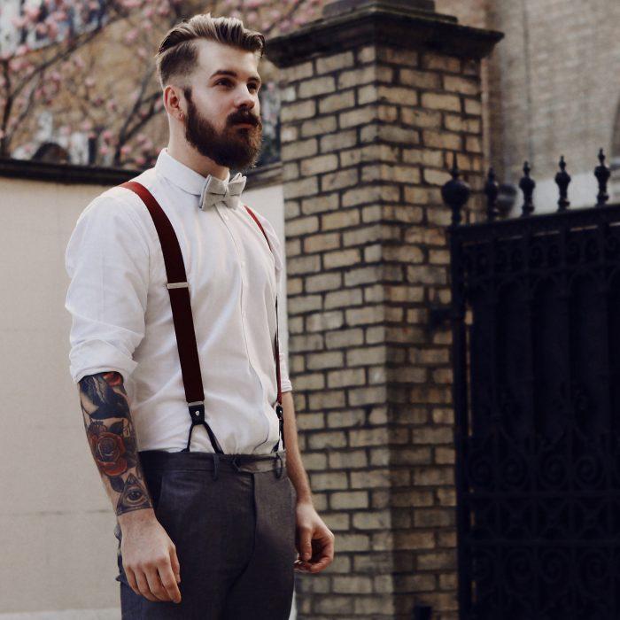 Chico con barba vestido de traje