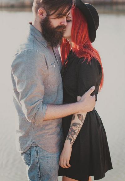 Chico con barba besando a su novia