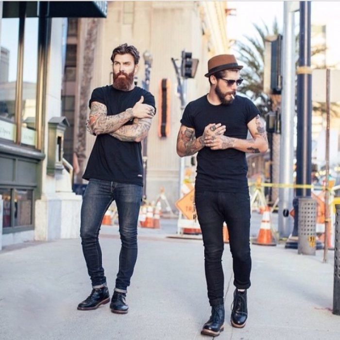 chicos con barba caminando por la calle