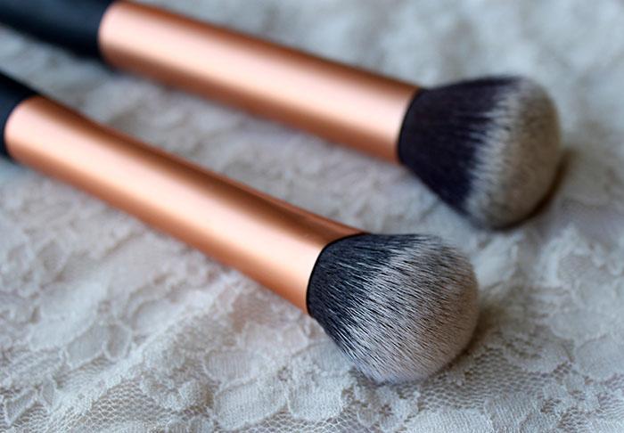 dos brochas para aplicar maquillaje