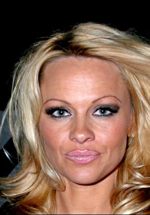 mujer con cejas muy delgadas y redondas