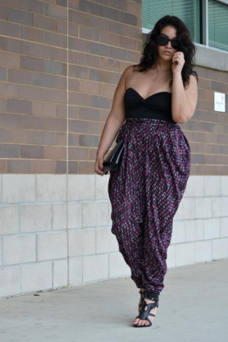 Chica plus size vistiendo un jumpsit en negro con estampados