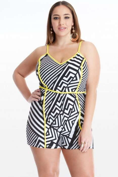 Chica plus size usando un jump suite en color blanco con negro