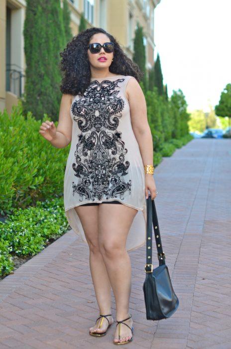 Chica plus size usando un vestido color café