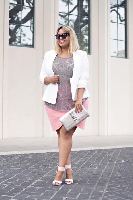 Chica plus size vistiendo un vestido color rosa y un blazer en color blanco
