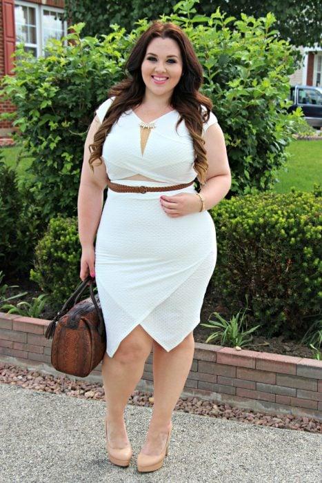 Chica plus size usando un vestido en color beige