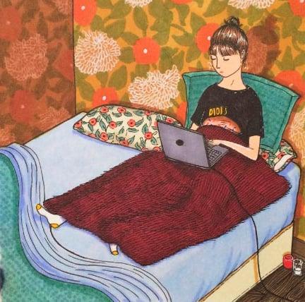 Ilustraciones Sally Nixon chica recostada en la cama con la computadora en las piernas