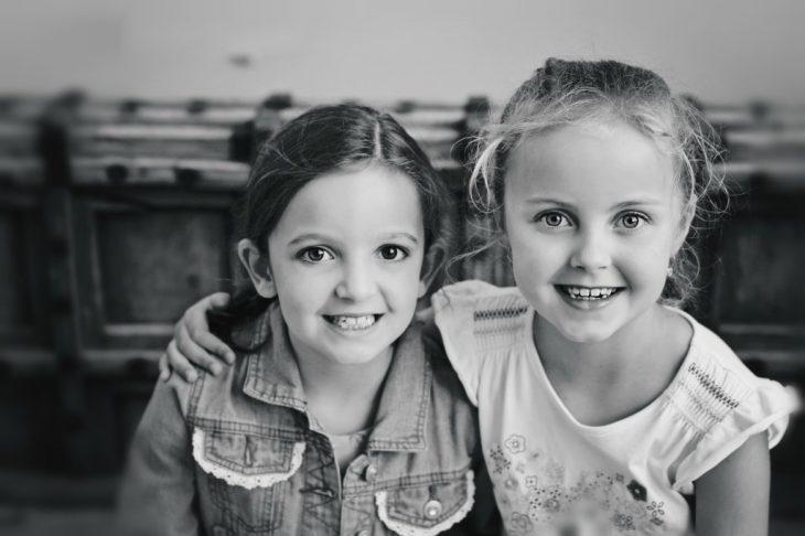 dos niñas sonriendo abrazadas