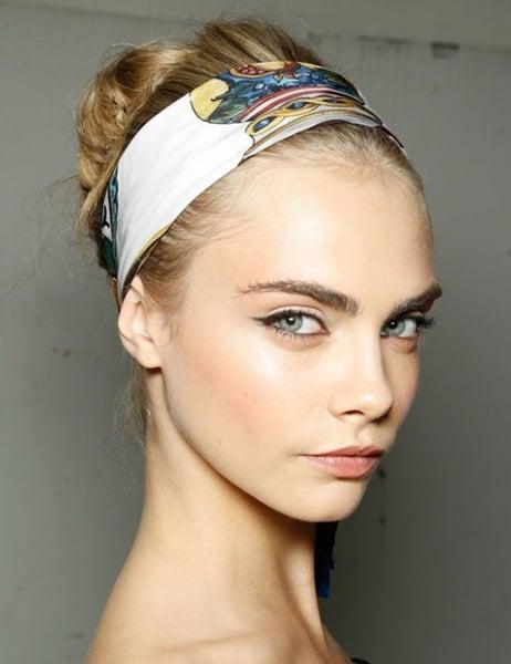 Chica usando un pañuelo en el cabello