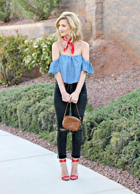 Chica usando un pañuelo color rojo en el cuello