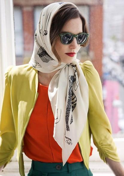 Chica usando un pañuelo en la cabeza
