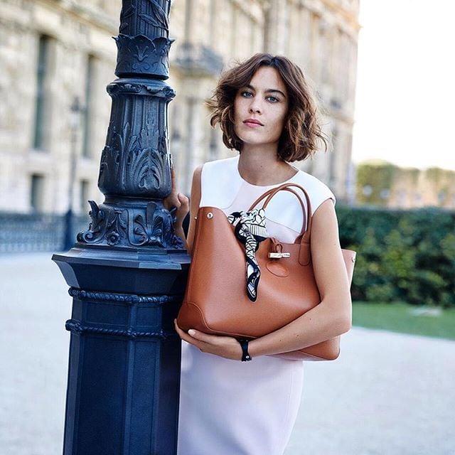 Chica usando un pañuelo en su bolsa