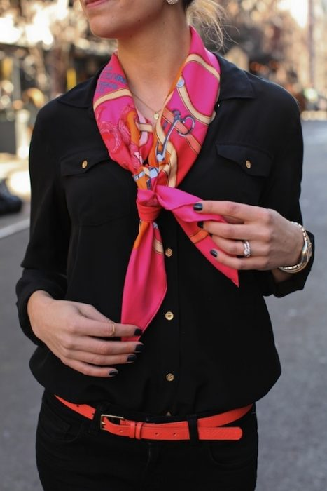 Chica usando un pañuelo en el cuello