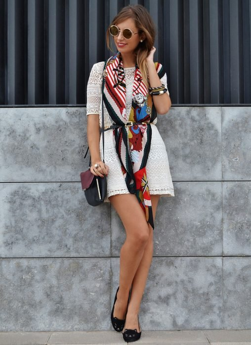 Chica usando un pañuelo como un vestido anudado con un cinturón