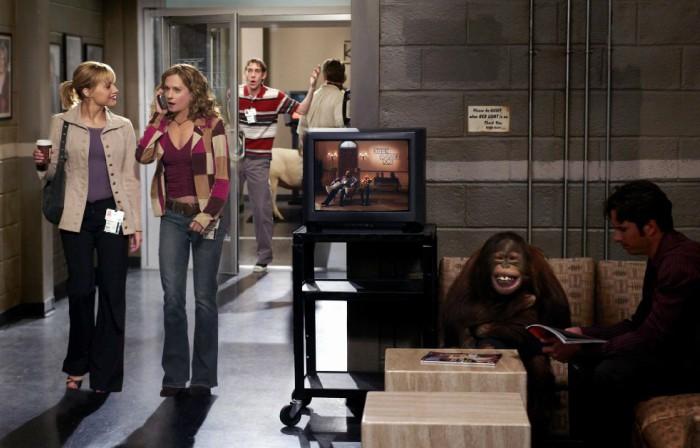pareja de mujeres entrando en la oficina platican