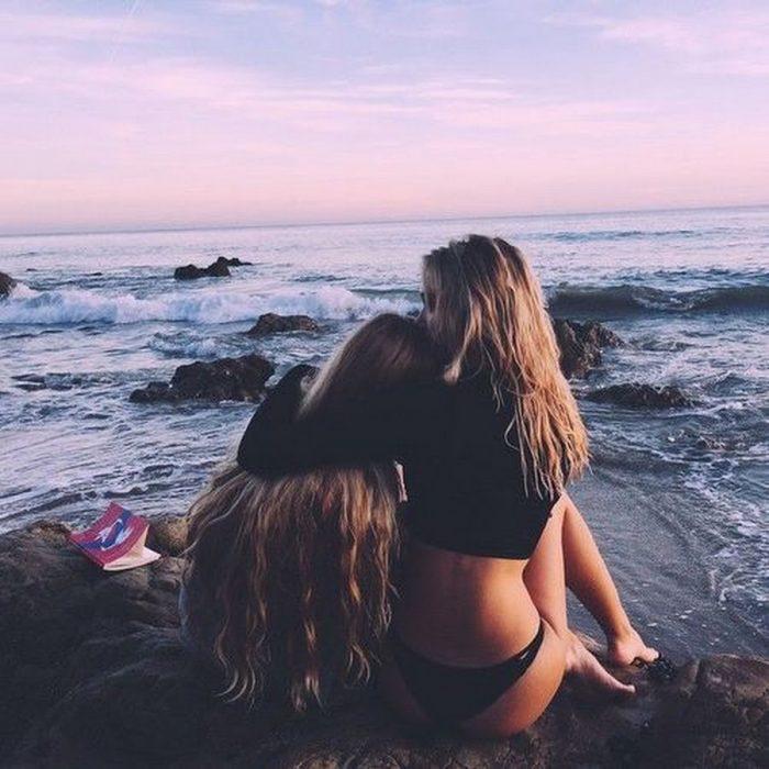 Chica en la playa abrazadas