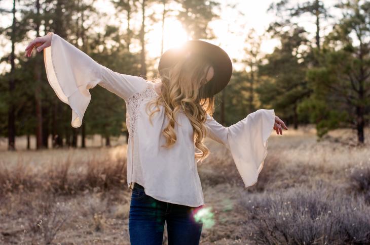 Chica bailando en un bosque