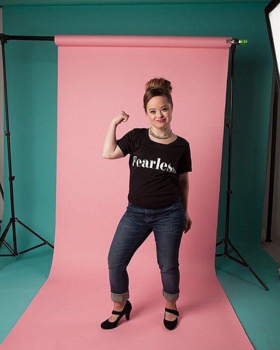 Katie Meade atleta y modelo que es la cara de una nueva campaña de belleza posando en una sesión de fotografías