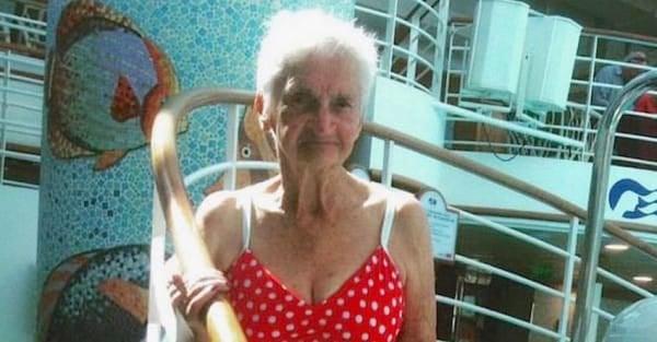 Mujer de 90 años en un crucero usando un bikini color rojo