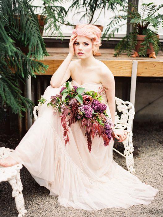 Novia con el cabello en color rosa bebé