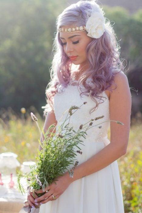 Novia con el cabello en color lila