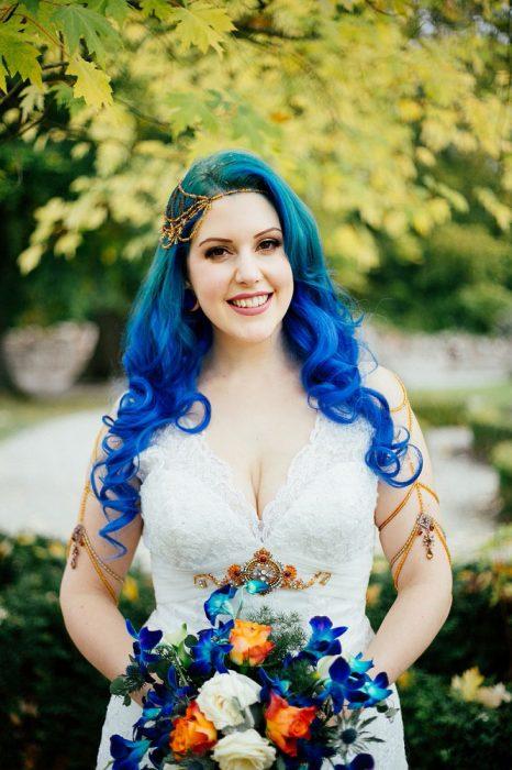 Novia con el cabello en color azul degradado
