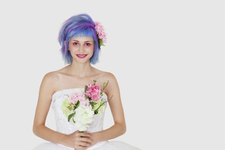 Novia con el cabello en color morado con rosa