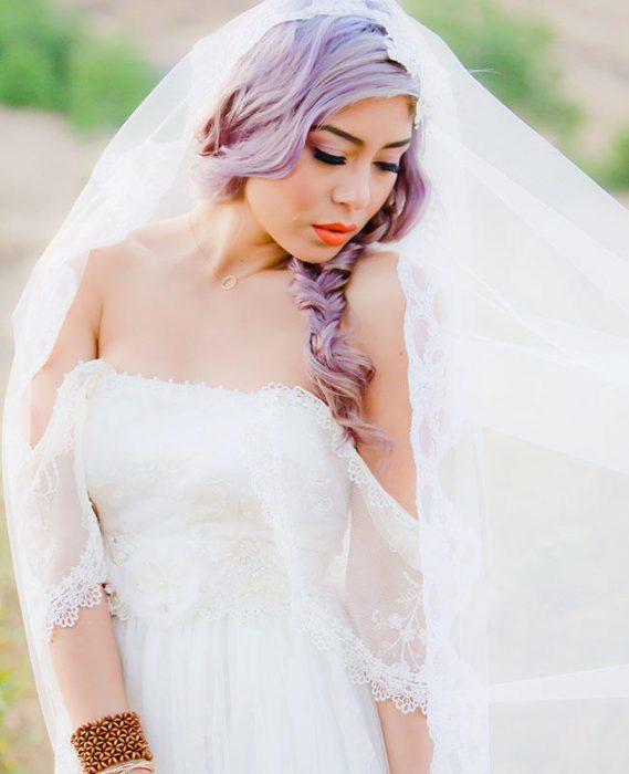 Novia con el cabello color lila