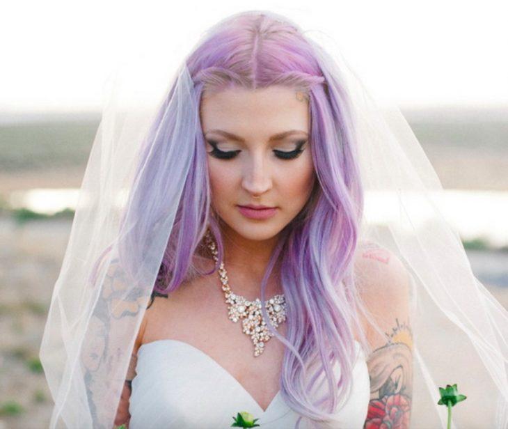Novia con el cabello en color morado