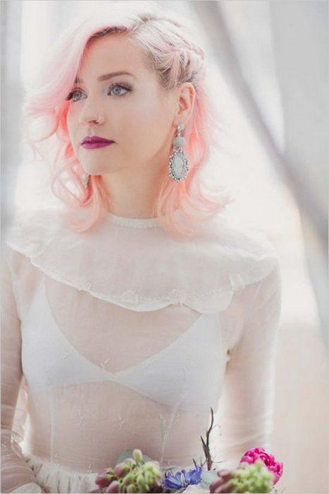 Novia con el cabello en color rosa palo