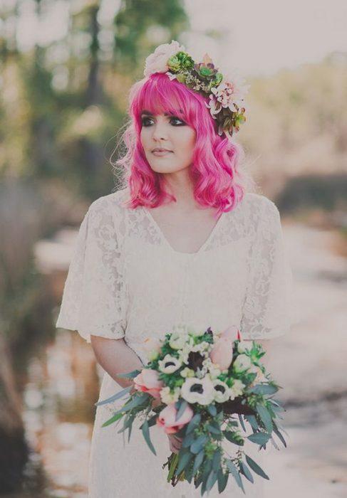 Novia con el cabello color rosa fuccia
