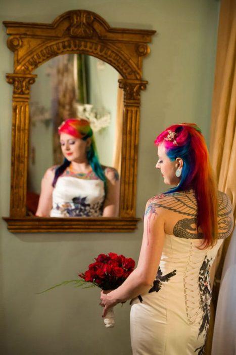 Novia con el cabello en color rojo con azul, verde y rojo